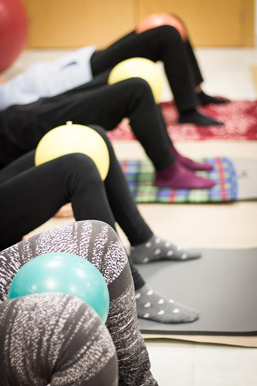Mujeres de la Asociación AMFA en una clase de pilates.