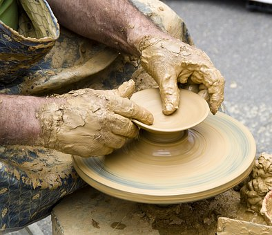 Se abre la convocatoria para que los artesanos andaluces soliciten ayudas para la modernización de sus talleres.