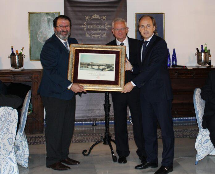 Jesús Caballero y Enrique Ybarra reciben el premio Embajador de Sevilla 2018.