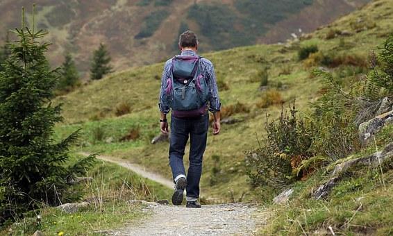 Los beneficios de hacer senderismo.